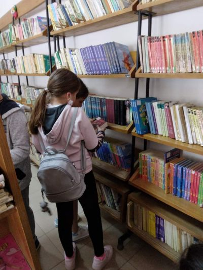 В библиотеката - ОУ Васил Левски - Враца
